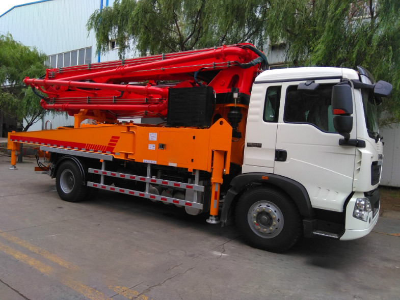 Air Cooling Euro 2 Concrete Pump Truck With 32MPa Rated Working Pressure